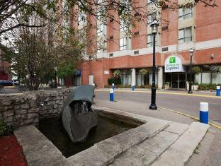 /hi-in/holiday-inn-express-toronto-downtown/hotel/toronto-on-ca.html?asq=jGXBHFvRg5Z51Emf%2fbXG4w%3d%3d