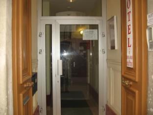 Au Royal Mad Hotel